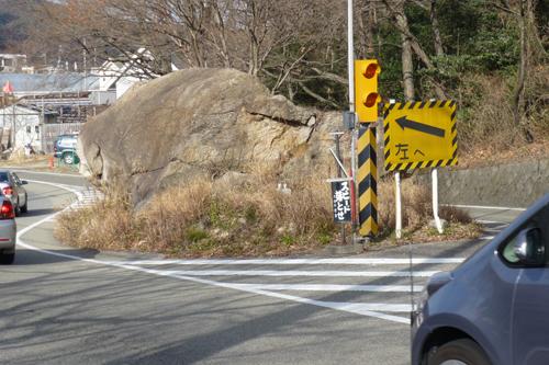 道の真ん中の石.JPG